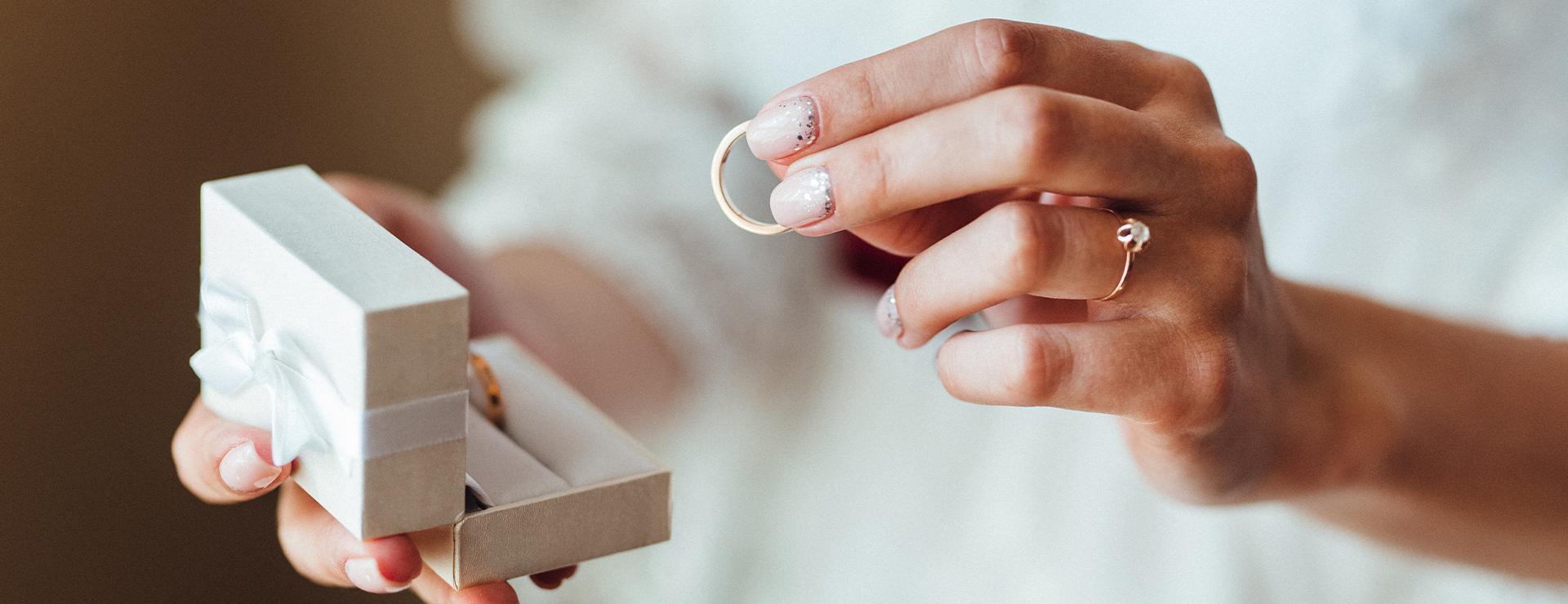 Schachtel für einen Ehering in der Hand